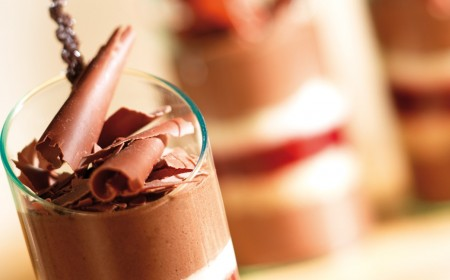 Mousse de chocolate, bizcocho de almendra y frambuesa
