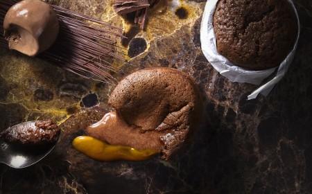 pudding z masy pomadkowej z lodami czekoladowymi i sosem morelowym z dodatkiem bazylii