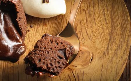 Шоколадное пирожное из темного шоколада